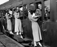 old-photos-vintage-war-couples-love-romance-32-573301fff13e7__880-690x380