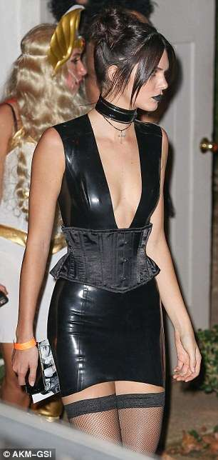 39D58D2F00000578-3884832-Out_of_this_world_Kendall_added_to_her_gothic_look_with_a_number-a-18_1477749606061