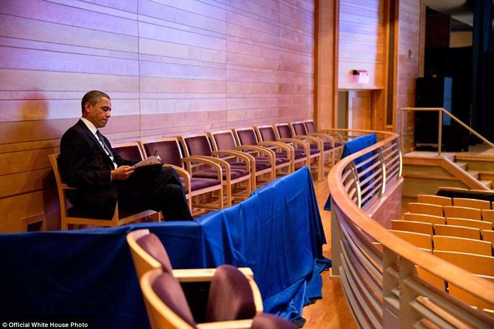 3A3F913400000578-3926100-U_S_President_Barack_Obama_works_on_his_Newtown_speech_at_The_Mu-a-15_1478871703701