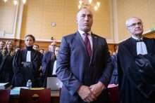 Former Kosovo Prime Minister Ramush Haradinaj (C) stands in the Colmar courthouse, flanked by his lawyers Rachel Lindon (3rd L) and Dominique Bergmann (R), during his extradition hearing on February 9, 2017. Haradinaj was arrested in France in January under an international warrant issued by Serbia, which wants him tried for alleged war crimes committed during the 1990s conflict. / AFP PHOTO / SEBASTIEN BOZON