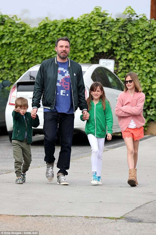 3e70354300000578-4329666-ben_affleck_smiles_as_he_spends_time_with_the_kids_after_alcohol-a-4_1489968475273