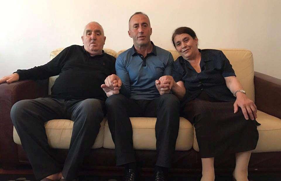 Ramush Haradinaj uron Fitër Bajramin me fotografi me prindërit