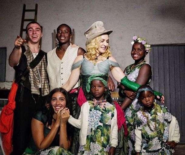 Si rrallë herë  Madonna publikon foto me 6 fëmijët