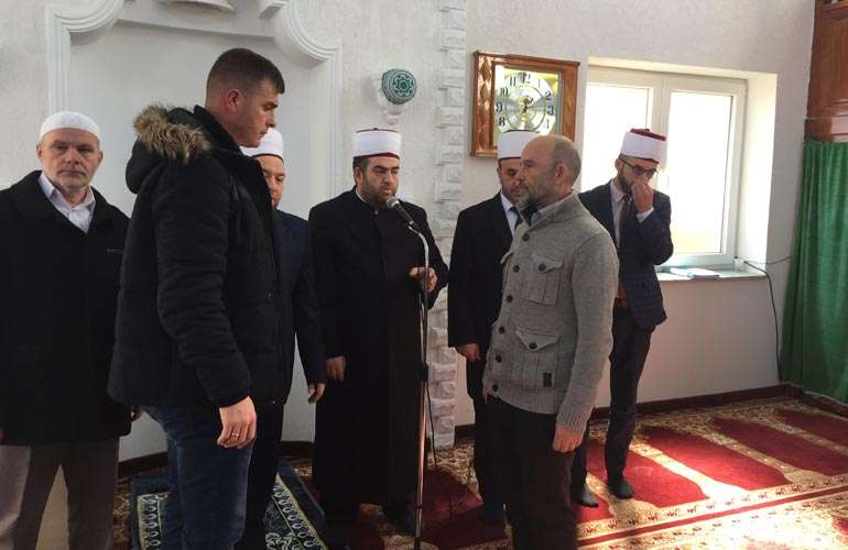 Në Xhaminë e Livoqit të Poshtëm familja Berisha i shtriu dorën e pajtimit familjes Leci