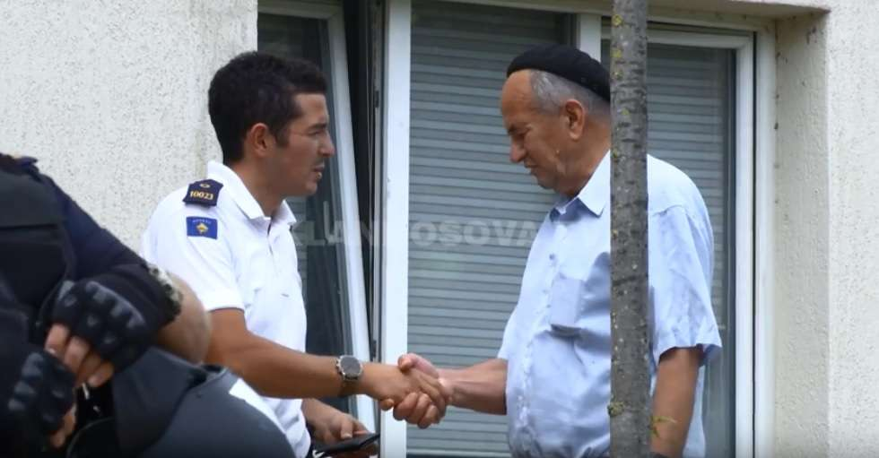 I moshuari gjen kuletën, e dërgon në polici (VIDEO)