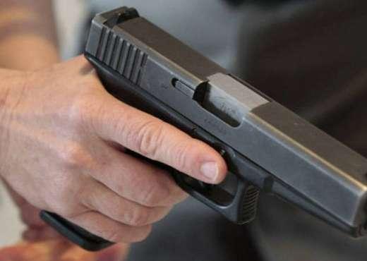 Nxënësit kapen duke shkuar në shkollë me armë