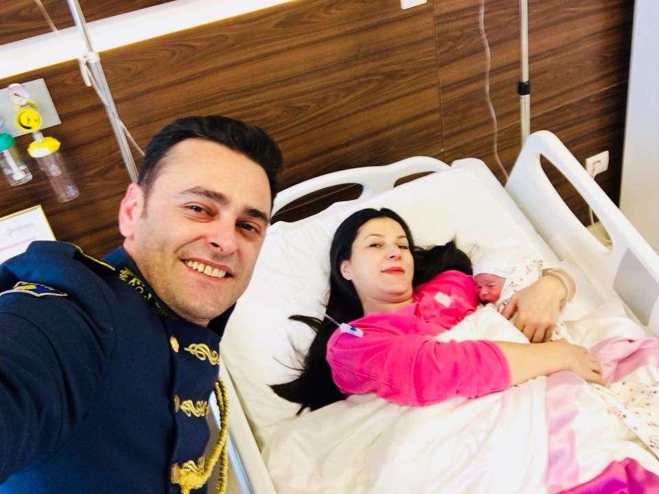 Ushtari i FSK së bëhet baba në ditën e Ushtrisë