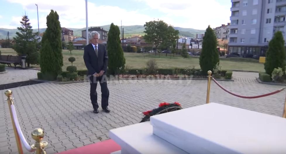 Ambasadori slloven që ndërroi jetë sot  mandatin e përfundoi duke bërë homazhe tek  babai i kombit