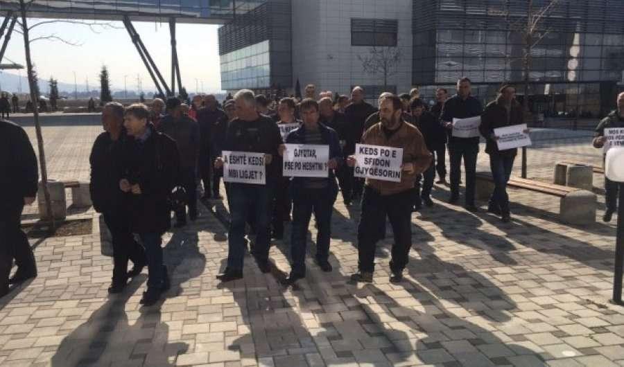 permes-protestave-punetoret-e-larguar-te-keds-it-kerkojne-rikthimin-ne-pune