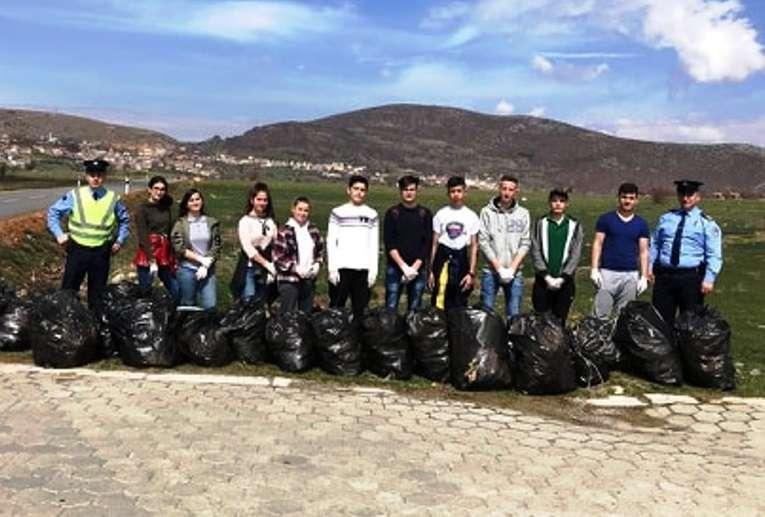 Të rinjtë e Dragashit pastrojnë aksin rrugor 'Bellobrad-Buzes' (FOTO)