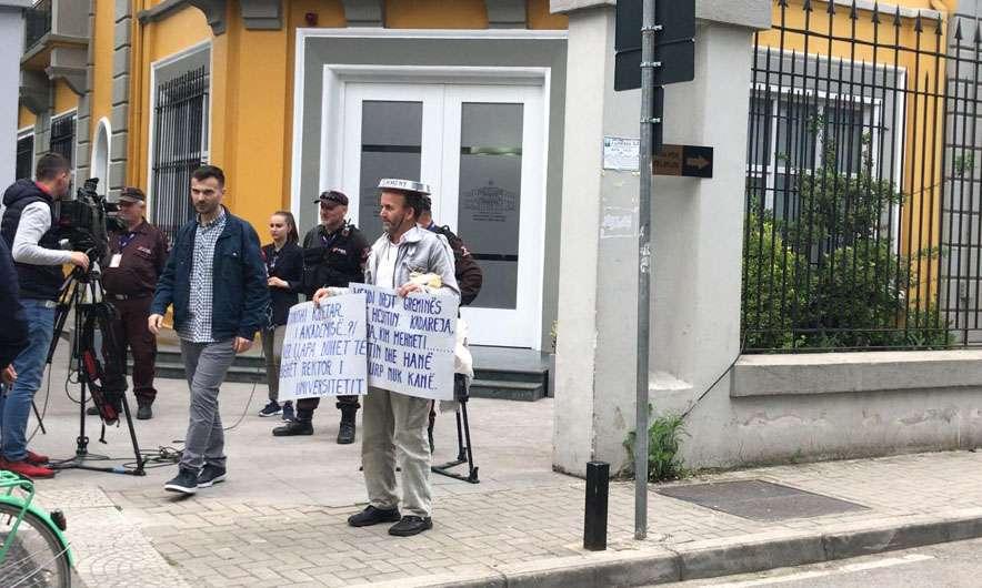 Rikthehen protestat studentore