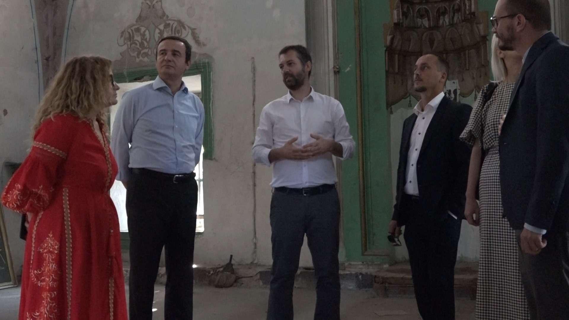 Kurti viziton Xhaminë e Çarshisë në Prishtinë  kritikon stërgjatjen e restaurimit