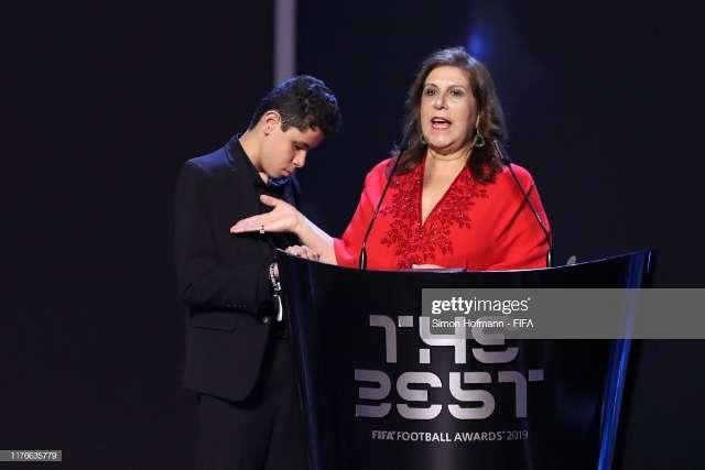 Nëna që ia tregon ndeshjet djalit të verbër  shpallet  tifozja e vitit  nga FIFA