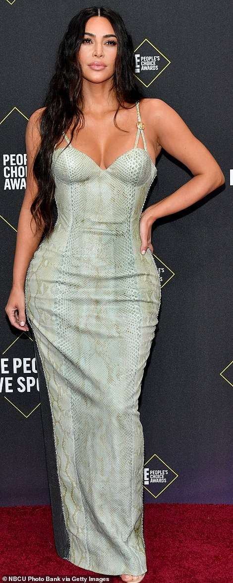 "Image result for Kim Kardashian në ""People's Choice Awards"" me fustan ""Versace"""
