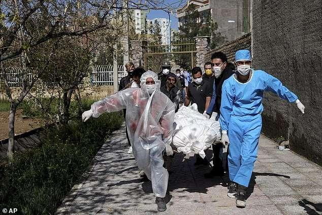 Pinë alkool duke besuar se kurohen nga koronavirusi  600 të vdekur dhe 3000 të sëmurë në Iran