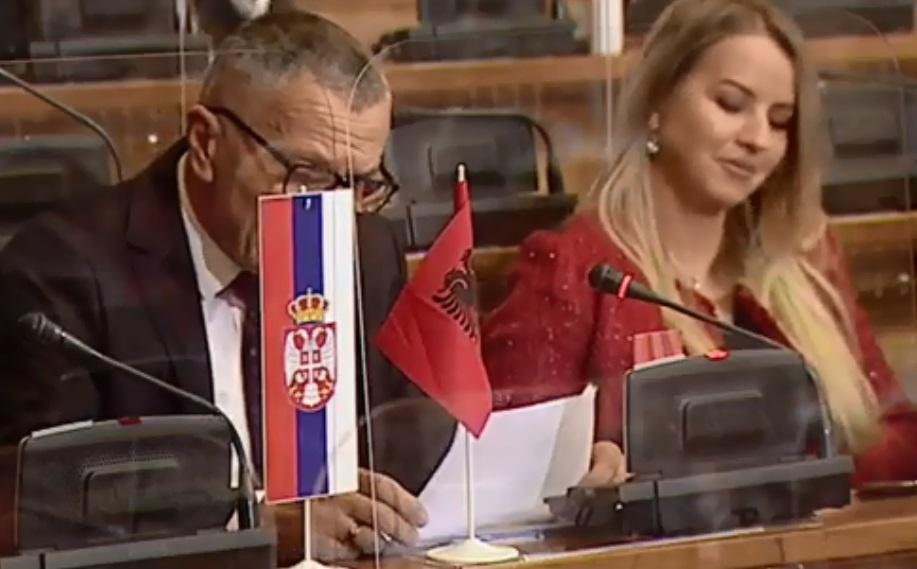 Shaip Kamberi vendos flamurin kuq e zi në Parlamentin e Serbisë (VIDEO)